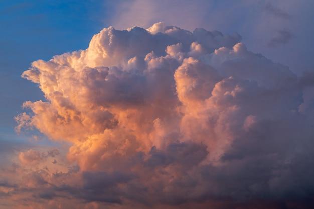 Bella drammatica cloudscape sul tramonto, primavera.