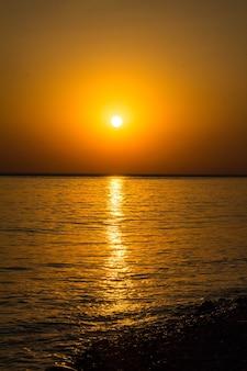 Bellissimo tramonto scuro drammatico sopra il mare