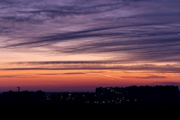 Bellissimo tramonto drammatico di sera.