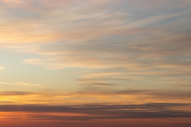 Bel tramonto drammatico cielo arancione con nuvole