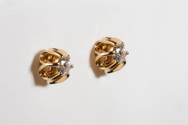 Bellissimi orecchini con diamanti naturali carati ogni gioiello con una montatura in oro giallo a forma...