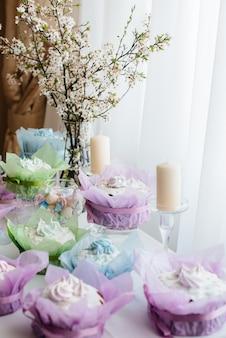 Bellissimi dolci pasquali su un tavolo luminoso decorato