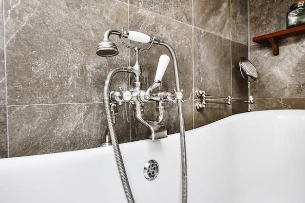 Bello ed elegante il design degli interni del bagno con rubinetto