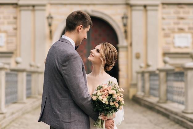 Bella elegante coppia di sposi innamorati matrimonio europeo