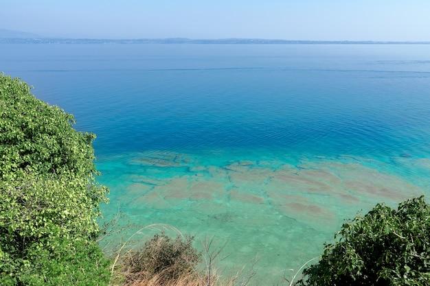 Splendide acque color smeraldo e calme del lago di garda vicino a sirmione, italia