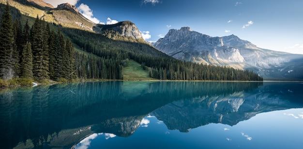 Bello lago verde smeraldo, parco nazionale di yoho, columbia britannica, canada