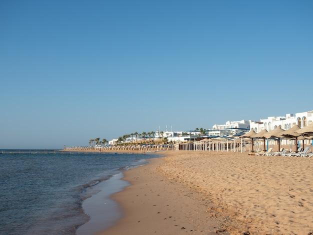 Bella spiaggia deserta. primo piano, vista laterale. vacanze e concetto di viaggio