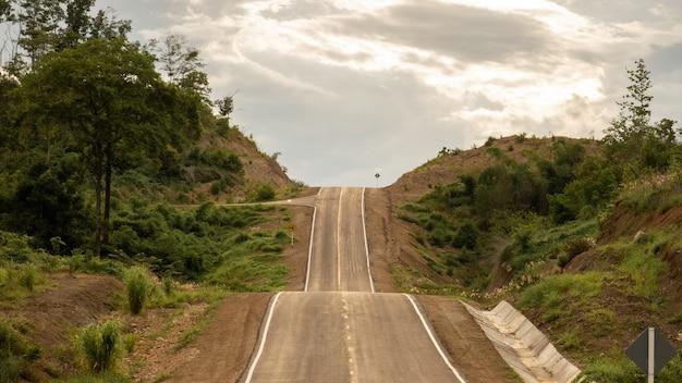 Modo di strada asfaltata bella curva rurale vuota