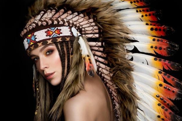 Bella signora etnica con scarafaggio in testa.