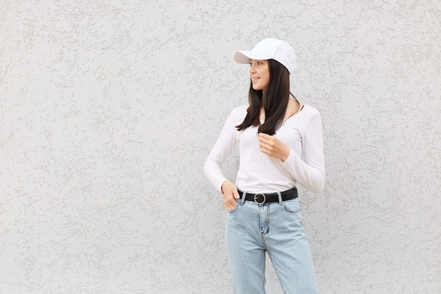 Bella femmina europea che indossa una camicia bianca