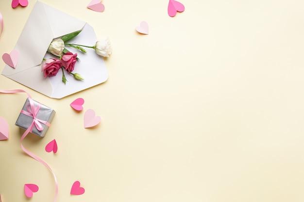 Bellissimi fiori di eustoma in una busta, una confezione regalo e coriandoli, laici piatta. san valentino