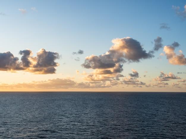 Bella vista sul mare di sera
