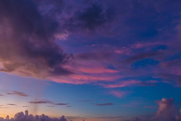 Bel cielo serale con nuvole, tramonto, astratto sfondo sfocato.