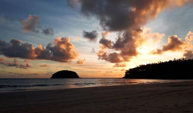 Bella sera tramonto tramonto tempo crepuscolare con cielo nuvoloso dorato o tat kata beach thailand