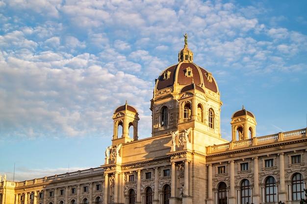 Bella facciata del kunsthistorisches museum o del museo d'arte su uno sfondo di cielo nuvoloso blu a vienna, austria.