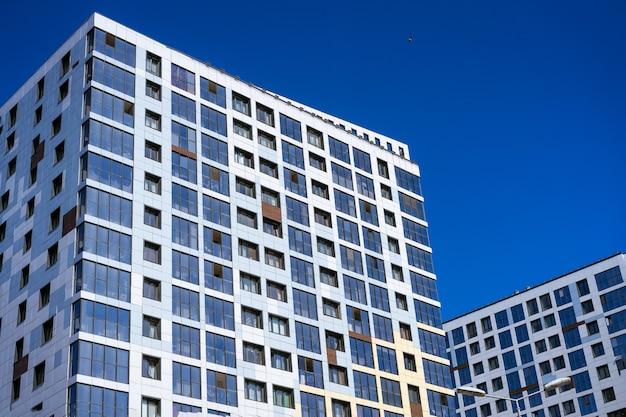 Belle facciate di grattacieli contro il cielo azzurro in una giornata di sole