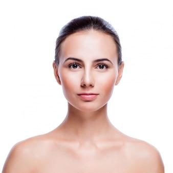 Bel viso di giovane donna adulta con la pelle pulita fresca