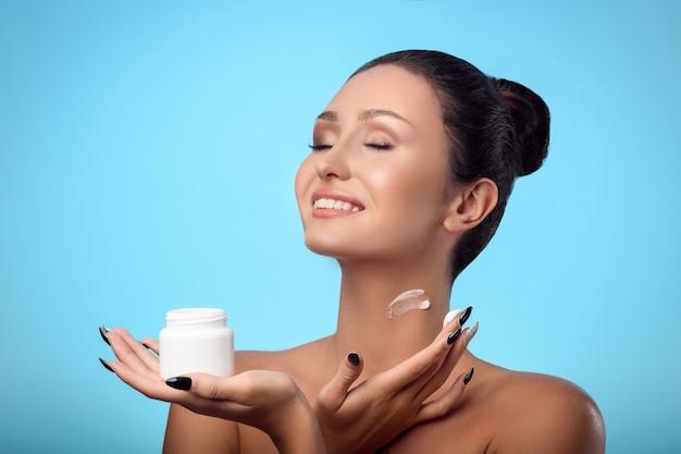 Bel viso di una giovane donna caucasica con pelle pulita perfetta salute