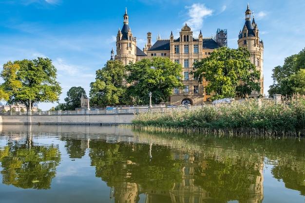 Un bellissimo castello da favola a schwerin, la vista dal lago.