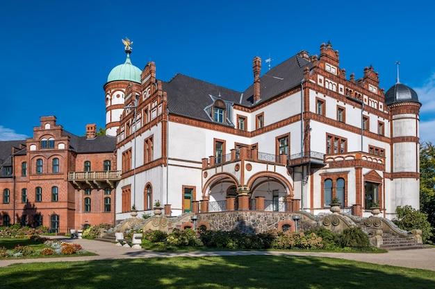 Bellissimo castello da favola di wiligrad in una giornata estiva
