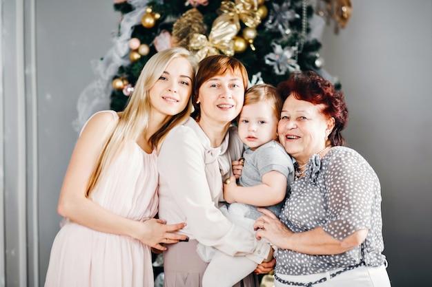 Bella famiglia che celebra il natale a casa