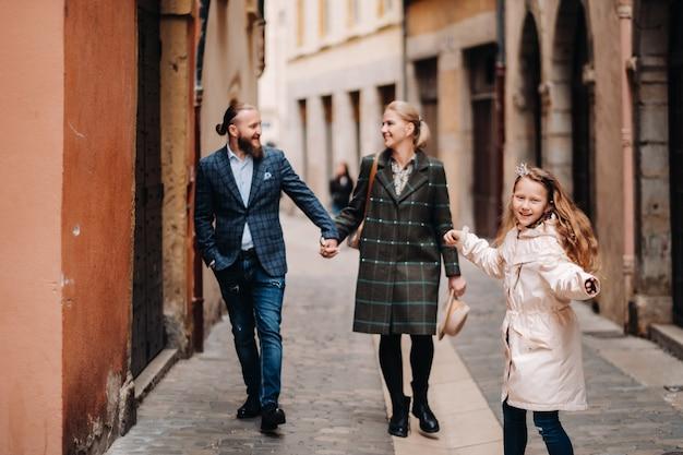 Una bella famiglia con passeggiate nella città vecchia di lione in francia.gita in famiglia nelle città antiche della francia.