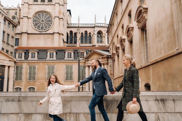 Una bella famiglia con passeggiate per la città vecchia di lione