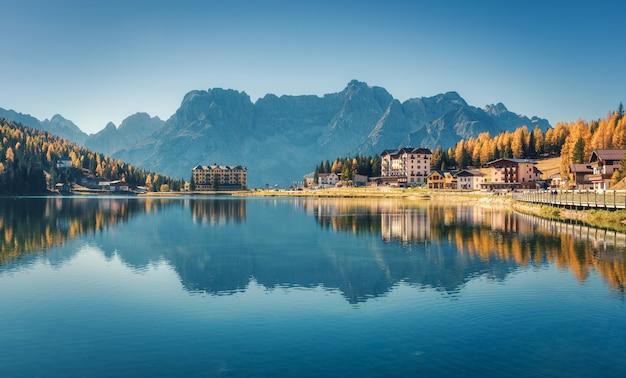 Bello lago famoso misurina al tramonto in autunno in dolomia, italia. paesaggio con lago, montagne
