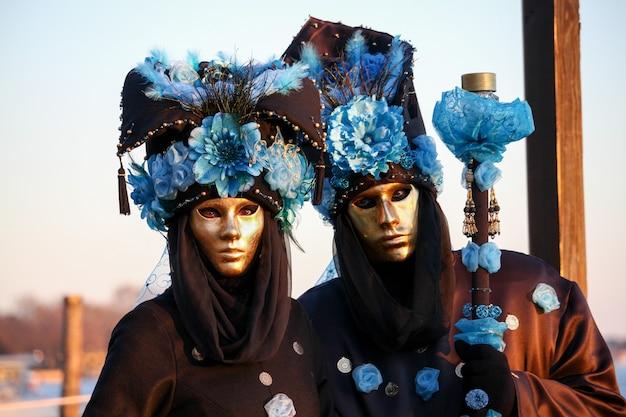 Bellissime e fantastiche maschere e costumi di eleganti e magnifici disegni al carnevale di venezia