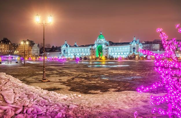 Bellissimo palazzo dei contadini a kazan, illuminato in una notte d'inverno e lanterne floreali