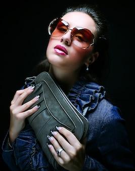 Bellissima modella con una borsa