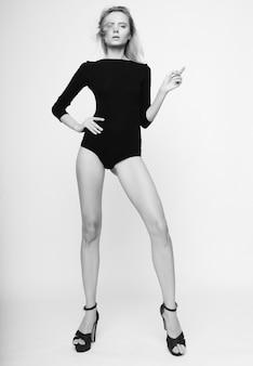 Bella modella donna con corpo snello perfetto e gambe lunghe long