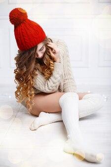 Bella ragazza alla moda in vestiti caldi lavorati a maglia