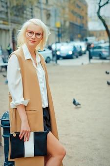 Bella donna alla moda sulla strada della città. giorno d'estate.