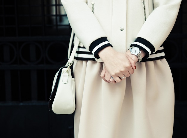 Bella donna alla moda sulla strada della città. estate.
