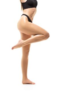 Bel corpo femminile isolato su bianco