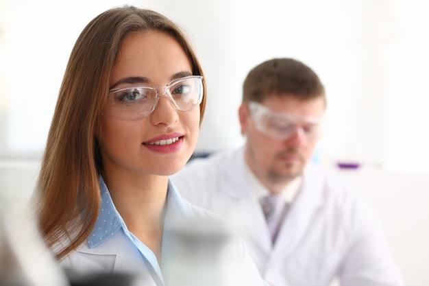 Bellissimi occhiali da donna per ritratto medico chimico in laboratorio
