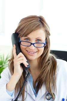 Bella dottoressa parlando al telefono