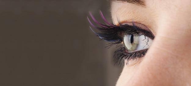 La bella fine dell'occhio femminile su, distoglie lo sguardo, concetto di correzione della visione, bellezza naturale con le rughe