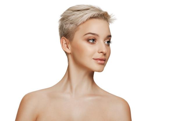 Il bel volto femminile. la pelle del viso perfetta e pulita su bianco. la bellezza, cura, pelle, trattamento, salute, spa, concetto cosmetico