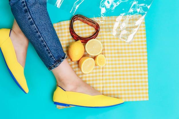 Belle gambe femminili sono vestite con eleganti scarpe gialle senza tacco.