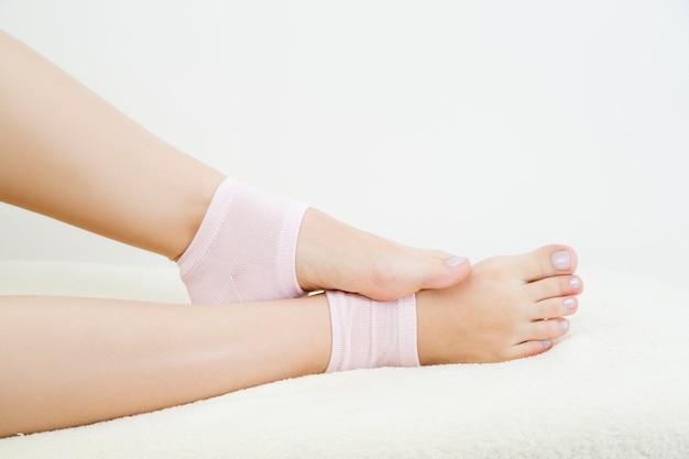 Bei piedini femminili in calzini rosa. cura dei piedi