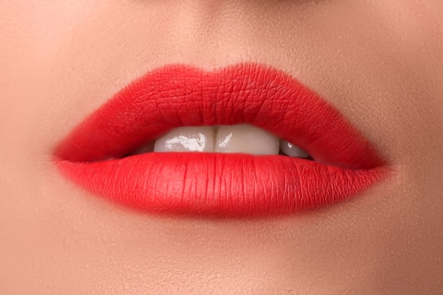 Belle labbra femminili si chiudono. rossetto rosso. trucco di lusso.