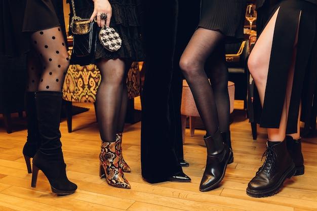 Bei piedi femminili sottili di un gruppo di ragazze, per favore guarda alcune delle mie altre parti di immagini del corpo.