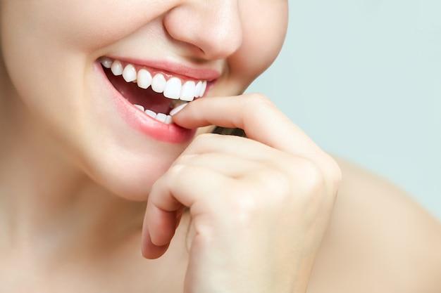 Bel sorriso femminile dopo la procedura di sbiancamento dei denti. cure odontoiatriche. concetto di odontoiatria