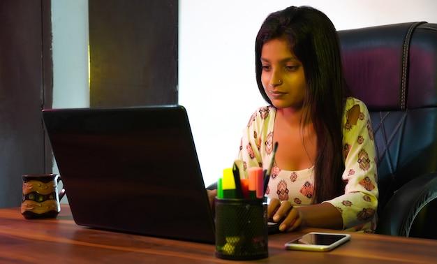 Bella donna femminile che utilizza il computer portatile