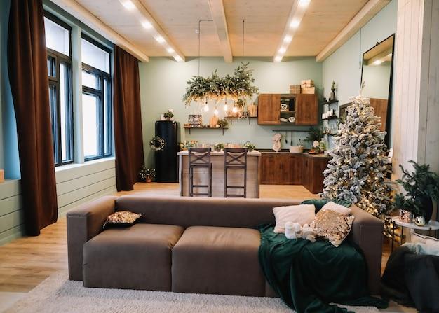 Bellissimo interno classico festivo decorato per natale e capodanno