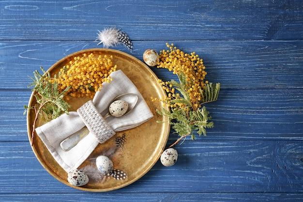 Bella tavola festosa di pasqua con mimosa e uova di quaglia