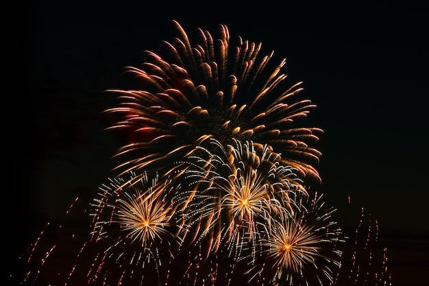 Bellissimi fuochi d'artificio festivi nel cielo per una vacanza saluto multicolore luminoso