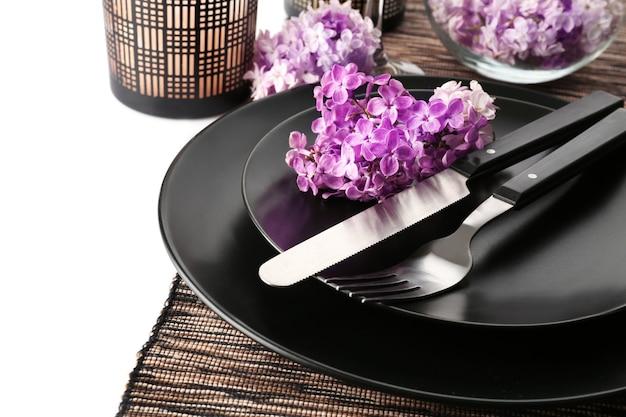 Bella tavola festiva con decorazioni floreali lilla su bianco